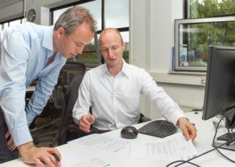 Adviseurs Hergen en Hendrik bereiden een hypotheekgesprek voor