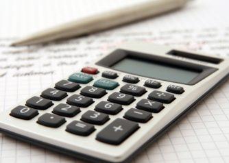 Rekenmachine en berekeningen ter illustratie van de belastingaangifte