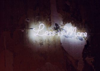Neonlamp met de woorden 'Less is more'
