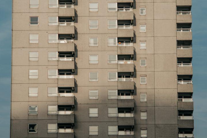 Een Rotterdams flatgebouw in de stijl van de wederopbouw