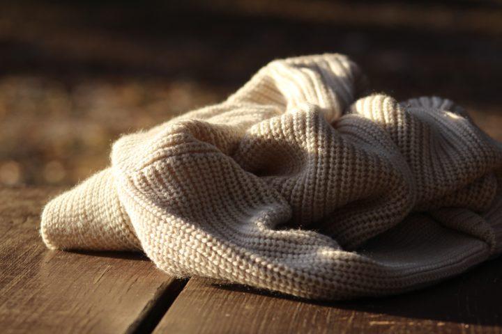 Een trui op een duurzame houten vloer