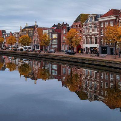 Haarlemse herenhuizen, weerspiegeld in de gracht