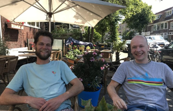 Marc-Peter (links) en Daan (rechts) op een terras in Haarlem
