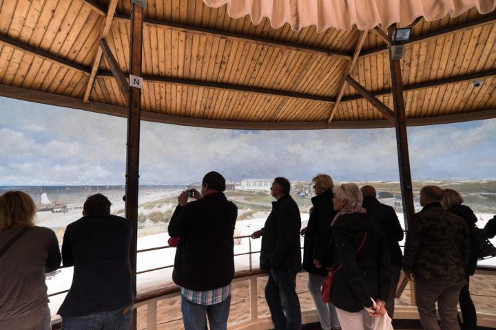 Bezoekers bekijken het Mesdag Panorama