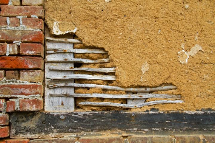 In deze opengewerkte muur zie je goed hoe vakwerk is opgebouwd.