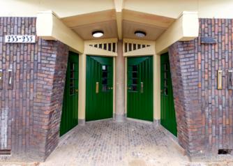 Voordeuren in de stijl van de Amsterdamse school