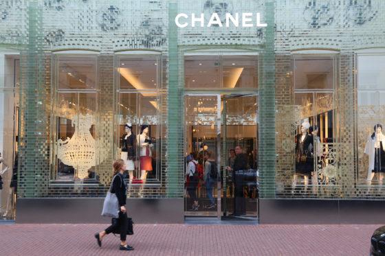 De gevel van glazen bakstenen bij Chanel in Amsterdam