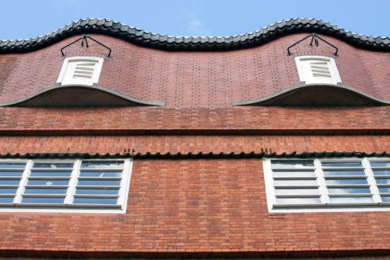 Golvende bakstenen gevel in de stijl van de Amsterdamse School
