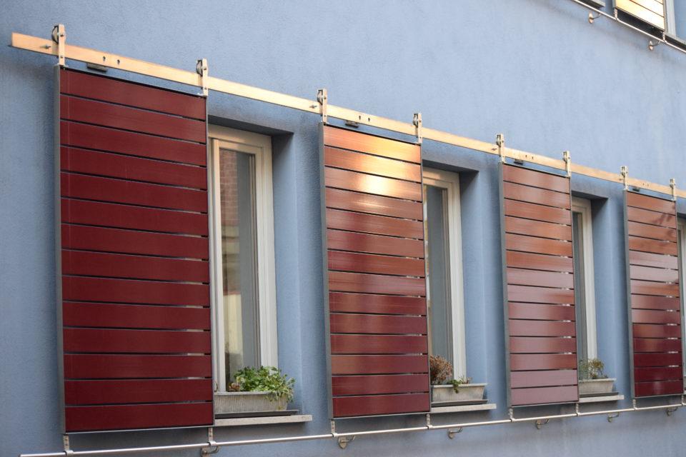 Moderne schuifluiken voor de ramen