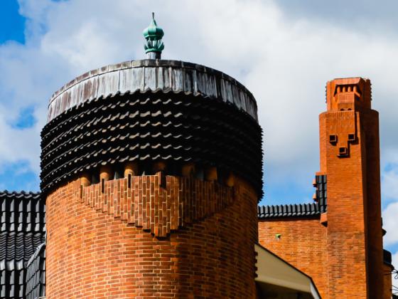 Een schoorsteen naar de stijl van de Amsterdamse School
